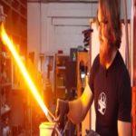 Engenheiros criam sabre de luz de verdade capaz de cortar aço